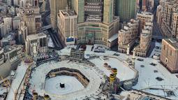 Dari pemantauan udara suasana Masjidil Haram dan sekitarnya sepi pada hari pertama bulan suci Ramadan di kota suci Makkah, Arab Saudi (24/4/2020). Sampai saat ini kota suci Makkah masih memberlakukan lockdown guna menekan penyebaran wabah pandemi virus Covid-19. (AFP/Bandar Aldandani)