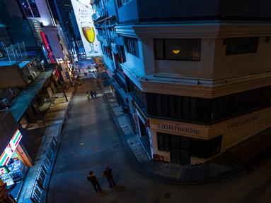 Suasana kawasan hiburan malam Lan Kwai Fong, Hong Kong (5/4/2020). Pemimpin Hong Kong, Carrie Lam memerintahkan penutupan sementara terhadap semua bar dan pub sebagai upaya menghentikan penyebaran  Covid-19. (AFP/May James)