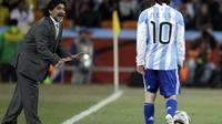 Diego Maradona saat memberikan instruksi kepada pemain Argentina Lionel Messi selama pertandingan sepak bola babak 16 besar Piala Dunia antara Argentina dan Meksiko di Soccer City di Johannesburg, Afrika Selatan. Maradona meninggal karena serangan jantung