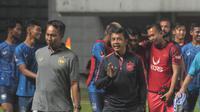 Pelatih PSIS Semarang, Jafri Sastra (jaket hitam) bersama pelatih kiper I Komang Putra dan para pemain usai laga uji coba melawan PSS Sleman, Selasa (30/4/2019). (Bola.com/Vincentius Atmaja)