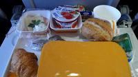 Hindari Pesan 5 Makanan dan Minuman Ini Saat di Pesawat