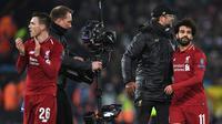 Pelatih Liverpool, Jurgen Klopp, merayakan kemenangan bersama Mohamed Salah usai mengalahkan Napoli pada laga Liga Champions di Stadion Anfield, Liverpool, Selasa (11/12). Liverpool menang 1-0 atas Napoli. (AFP/Paul Ellis)