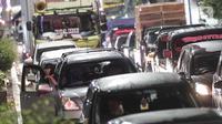 Kendaraan antre untuk menjalani pemeriksaan petugas di perbatasan Karawang-Cikarang, Bekasi, Jawa Barat, Sabtu (23/5/2020). Razia tersebut dilakuan untuk menyekat gelombang pemudik dari Jakarta menuju Jawa Tengah jelang Hari Raya Idul Fitri. (Liputan6.com/Johan Tallo)