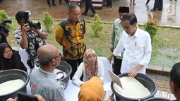 Presiden Joko Widodo berbincang dengan pedagang selama  acara penyaluran bantuan sosial Program Keluarga Harapan (PKH) dan Bantuan Pangan Non Tunai (BPNT) tahun 2019 di Cibinong, Bogor, Jumat (22/2). (Liputan6.com/Angga Yuniar)