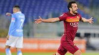 Pemain AS Roma, Pedro, melakukan selebrasi usai mencetak gol ke gawang Lazio pada laga Liga Italia di Stadion Olimpico, Roma, Minggu (16/5/2021). AS Roma menang dengan skor 2-0. (Fabio Rossi/LaPresse via AP)