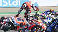 Momen terjatuhnya pembalap Ducati, Jorge Lorenzo pada tikungan pertama MotoGP Aragon 2018. (JOSE JORDAN / AFP)