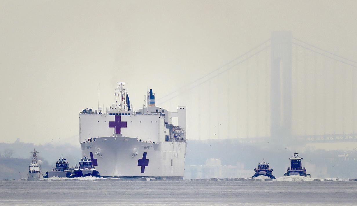 Kapal Rumah Sakit Angkatan Laut USNS Comfort tiba di New York, Amerika Serikat, Senin (30/3/2020). Kapal ini dikerahkan untuk mendukung sistem perawatan kesehatan pasien virus corona COVID-19 di New York. (AP Photo/Seth Wenig)