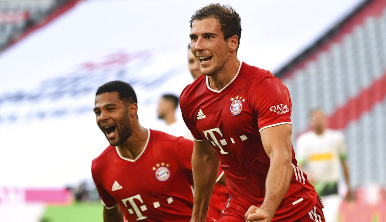 Pemain Bayern Munchen, Leon Goretzka, melakukan selebrasi usai membobol gawang Borussia Moenchengladbach pada laga Bundesliga di Allianz Arena, Minggu (14/6/2020). Bayern Munchen menang 2-1 atas Borussia Moenchengladbach. (AP/Matthias Balk)