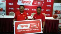 Ceo NBL, Azrul Ananda ketika memperlihatkan bukti kerjasama dengan Telkom Speedy (Thomas/Liputan6.com)