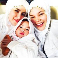 Olla Ramlan dan Dewi Sandra umrah bersama. (Instagram/dewisandra)