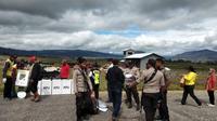 Distribusi Logistik di Kabupaten Deiyai, Papua dengan pesawat. (Liputan6.com/Katharina Janur/Polda Papua)