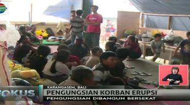 Sejumlah warga di Kecamatan RenKabupaten Karangasem, Bali, yang wilayahnya terdampak erupsi Gunung Agung gunakan aula pasar untuk mengungsi.