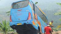 Upaya evakuasi bangkai bus maut Jakarta Wisata Transport yang masuk jurang di jalur alternatif Cikidang, Sukabumi, Jawa Barat, Minggu (9/9). Kecelakaan bus yang menewaskan 21 orang itu diduga karena bus yang tak laik jalan.  (Merdeka.com/Arie Basuki)