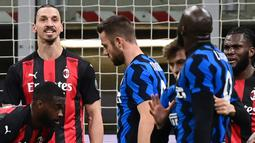 Striker AC Milan, Zlatan Ibrahimovic, terlihat adu mulut dengan striker Inter Milan, Romelu Lukaku, pada laga perempat final Coppa Italia di Giuseppe Meazza, Selasa (26/1/2021). Inter Milan menang dengan skor 2-1. (AFP/Miguel Medina)