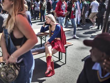 Cosplayer wanita menggenakan kostum superhero Superman saat menghadiri International Comic Con di Kyalami Race Course, Johannesburg, Afrika Selatan (14/9). Comic Con digelar pada tahun 1970. (AFP Photo/Marco Longari)
