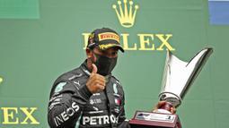 Pembalap Mercedes, Lewis Hamilton, melakukan selebrasi usai menjuarai balapan F1 GP Belgia di Sirkuit Spa-Francorchamps, Minggu (30/8/2020). Lewis Hamilton finis pertama dengan catatan waktu 1 jam 24 menit 8,761 detik. (AP Photo/Francisco Seco, Pool)