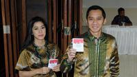 Usai mencoblos, putra bungsu Presiden SBY, Edhie Baskoro Yudhoyono (Ibas) bersama istrinya, Siti Rubi Aliya Rajasa (kiri), memamerkan kertas suara Pilpres 2014 di TPS 06 Nagrek, Gunung Putri, Cikeas, Bogor, (9/7/2014). (Liputan6.com/Helmi Fithriansyah)