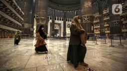 Umat muslim tiba untuk melaksanakan salat tarawih di Masjid Istiqlal, Jakarta, Senin (12/4/2021). Pemerintah menetapkan awal puasa atau 1 Ramadan 1442 H jatuh pada 13 April 2021 berdasarkan keputusan bulat dari berbagai ormas Islam hingga ahli astronomi dalam Sidang Isbat. (Liputan6.com/Johan Tallo)