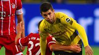 Striker Borussia Dortmund Christian Pulisic dalam laga melawan Bayern Munchen, Sabtu (4/11/2017) atau Minggu dinihari WIB. (AFP / PATRIK STOLLARZ)