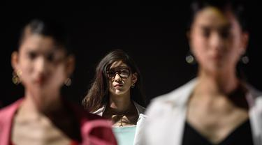 Model menampilkan kreasi dari brand fashion Hare selama koleksi musim semi / musim panas 2021 di Tokyo Fashion Week (15/10/2020). (AFP Photo/Philip Fong)