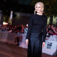 """Nicole Kidman berpose saat tiba menghadiri pemutaran film """"Boy Erased"""" selama Toronto International Film Festival 2018 di Toronto, Kanada (11/9). Nicole Kidman tampil cantik dengan gaun hitam di acara tersebut. (AP Photo/Nathan Denette)"""