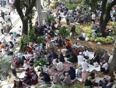 Massa Aksi Duduki Taman Pembatas Jalan Medan Merdeka Barat
