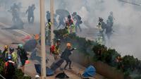 Polisi menembakkan gas air mata untuk membubarkan demonstran di Hong Kong, Minggu (29/9/2019). Selain menggunakan gas air mata, polisi juga menembakkan peluru karet dan meriam air selama beberapa jam di sejumlah lokasi. (AP Photo/Gemunu Amarasinghe)