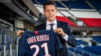 Ander Herrera berpose dengan jersey Paris Saint-Germain. (AFP/Bertrand Guay)