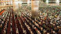 Suasana ratusan jemaah melaksanakan salat Jumat di Masjid Istiqlal, Jakarta, Jumat (2/6). Masjid Istiqlal selalu dipenuhi umat muslim pada salat Jumat ketika bulan suci Ramadan. (Liputan6.com/Gempur M Surya)