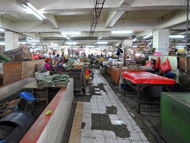 Kegiatan perdagangan di Pasar Minggu, Jakarta masih terbilang sepi pengunjung, Rabu (22/7/2015). Hari ke-5 pasca Lebaran, aktivitas perdagangan di pasar tradisional belum kembali normal. (Liputan6.com/Yoppy Renato)