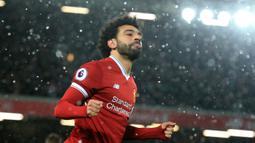 Bintang Liverpool, Mohamed Salah merayakan golnya ke gawang Watford pada laga Premier League di Anfield, Liverpool, (17/3/2018). Liverpool menang 5-0. (AFP/Lindsey Parnaby)