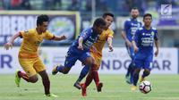 Gelandang Persib, Fulgensius Billy Paji Keraf (kedua kiri) mencoba lolos dari kawalan pemain Sriwijaya FC saat laga pembuka Piala Presiden 2018 di Stadion GBLA, Bandung, Selasa (16/1). Persib unggul 1-0. (Liputan6.com/Helmi Fithriansyah)