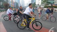 Jokowi didampingi oleh Dan Paspampres Mayjen Andika Perkasa serta sejumlah paspampres saat bersepeda di kawasan Car Free Day, Jakarta, Minggu (23/11/2014) (Liputan6.com/Herman zakharia)