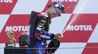Pembalap Monster Energy Yamaha, Fabio Quartararo, melakukan selebrasi usai meraih podium juara MotoGP Belanda, Minggu (27/6/2021). (AP/Peter Dejong)