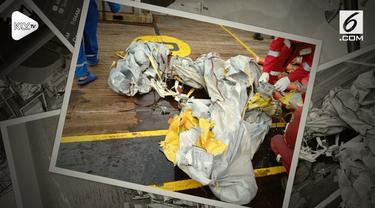 Petugas menemukan beberapa serpihan yang berasal dari pesawat Lion Air JT610 yang jatuh di perairan Karawang, Jawa barat.