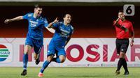 Pemain Persib Bandung, Ezra Walian, melakukan selebrasi usai mencetak gol ke gawang Persebaya Surabaya pada laga perempat final Piala Menpora 2021 di Stadion Maguwoharjo, Sleman, Minggu (11/4/2021). (Bola.com/M Iqbal Ichsan)