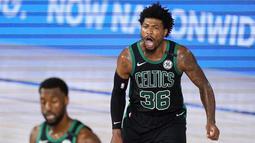 Pebasket Boston Celtics, Marcus Smart, melakukan selebrasi usai memasukkan bola saat melawan Toronto Raptors pada laga NBA di Lake Buena Vista, Senin (7/9/2020). Boston Celtics menang telak 111-89 atas Toronto Raptors. (AP/Mark J. Terrill)