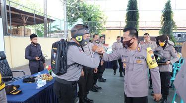 Bhabinkamtibmas di Kebumen, Jawa Tengah mengenakan akesesoris mirip 'Pak Bhabin' yang viral dari Purworejo. (Foto: Liputan6.com/Humas Polres Kebumen)