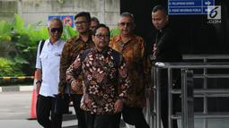 Direktur Utama PT PLN (Persero) nonaktif, Sofyan Basir (kedua kanan) tiba untuk menjalani pemeriksaan di Gedung KPK Jakarta, Senin (6/5/2019). Sofyan Basir diperiksa perdana sebagai tersangka kasus dugaan suap terkait kesepakatan kontrak kerja sama pembangunan PLTU Riau-1. (merdeka.com/Dwi Narwoko)
