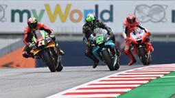 Pembalap Aprilia Racing, Aleix Espargaro, bersaing dengan Franco Morbidelli saat latihan cepat (FP3) MotoGP Austria di Sirkuit Red Bull Racing, Spielberg, Sabtu (15/8/2020). Vinales keluar sebagai rider tercepat pada sesi FP3 MotoGP Austria. (AFP/Joe Klamar)