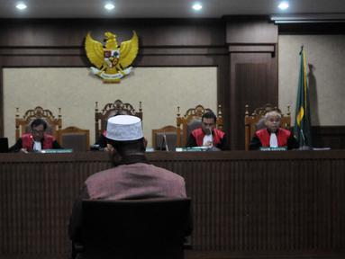Bekas Wakil Ketua Dewan Perwakilan Daerah Sumatera Utara, Kamaluddin Harahap saat menjalani sidang putusan di pengadilan Tipikor, Jakarta,Rabu (8/6). Ia dijatuhi pidana penjara 4 tahun 8 bulan oleh majelis hakim. (Liputan6.com/Helmi Afandi)