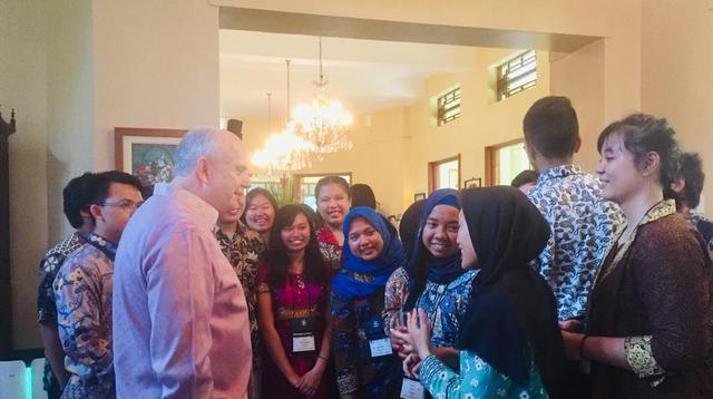Dubes AS Donovan berbincang dengan para alumni YES yang baru saja sampai di tanah air(Www.sulawesita.com)
