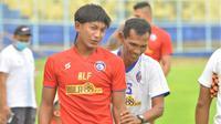 Asisten pelatih Arema FC, Siswantoro, bercanda bersama Ahmad Alfarizi, kala latihan perdana Singo Edan di Stadion Kanjuruhan, Malang, Senin (22/2/2021) sore WIB. (Bola.com/Iwan Setiawan)