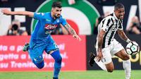 Gelandang Juventus, Douglas Costa (kanan) berebut bola dengan bek Napoli, Elseid Hysaj saat bertanding pada lanjutan Liga Serie A Italia di Stadion Allianz di Turin (22/4). Juventus takluk atas Napoli 1-0. (AP Photo/Alessandro Di Marco)