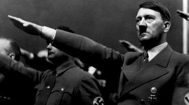 Adolf Hitler memberikan salam Nazi (AFP Photo)