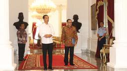 Presiden Jokowi didampingi  Gubernur Bank Indonesia (BI) Agus Martowardojo menunggu kedatangan Managing Director IMF Christine Lagarde di Istana Merdeka, Senin (26/2). Lagarde pernah datang ke tanah air pada September 2015. (Liputan6.com/Angga Yuniar)