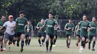 Para pemain Timnas Indonesia U-23 berlari saat latihan di Lapangan ABC, Jakarta, Kamis (14/3). Latihan ini merupakan persiapan jelang Kualifikasi Piala AFC U-23. (Bola.com/Vitalis Yogi Trisna)