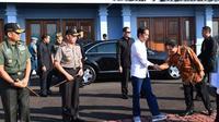 Jokowi baru-baru ini tampil kasual dan santai mengenakan padanan sepatu sneakers Nike warna abu-abu. (Foto: Biro Press Kepresidenan)