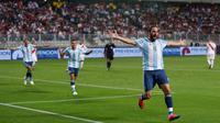 Pemain Argentina, Gonzalo Higuain merayakan golnya ke gawang Peru pada laga kualifikasi di Nacional Stadium, Lima, Peru. (REUTERS/Janine Costa)