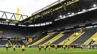 Pemain Borussia Dortmund merayakan kemenangan 4-0 atas Schalke 04 di Signal Iduna Park, pada laga pekan ke-26 Bundesliga Jerman, Sabtu (16/5/2020). (AFP/Martin Meissner / POOL)